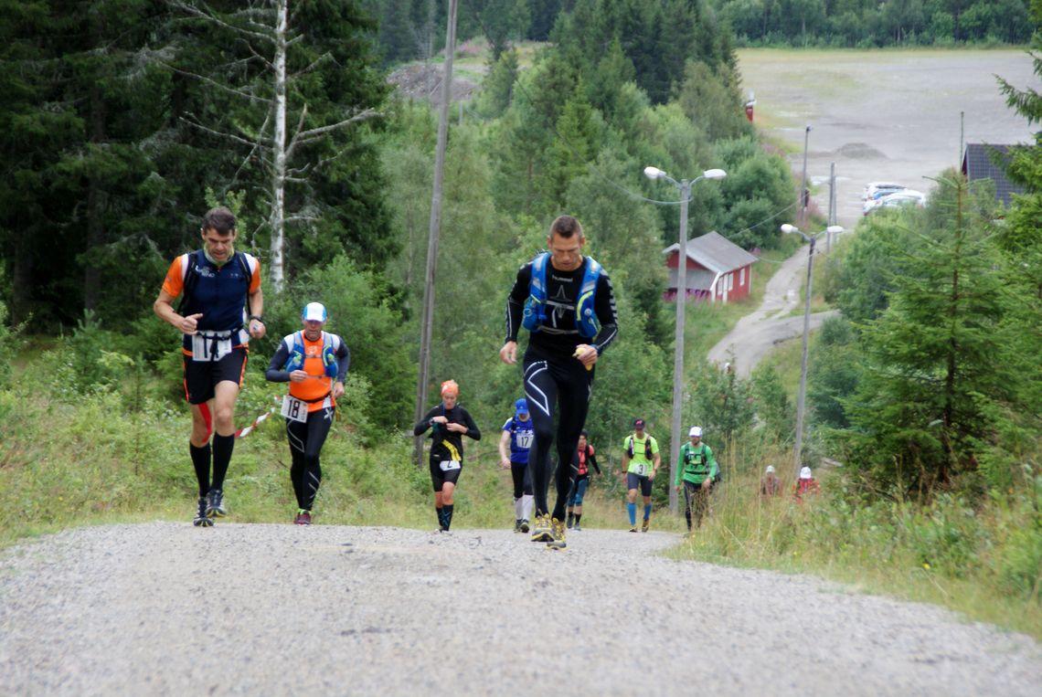 Løpet startet med en knallhard bakke opp fra Gåsbu - her med to av de raskeste 45-kilometersløperne i front, Pål Thoresen og Giovanni Luatti (foto: Stein Arne Negård).