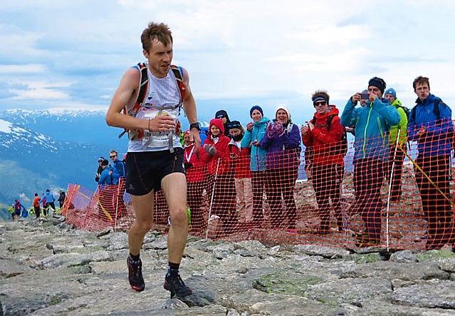 I fjor sprang Stian Angermund-Vik, Varegg IL, i mål som nr. 2, kun 13 sekund bak den amerikanske meistaren i Mountain Running Joseph Gray. Tida til Angermund-Vik var 1:09:14. Det er den nest beste tida oppnådd av nokon nordmann. Det var også tida hans i 2014 då han vart nr. 3 på 1:10:18 . Kun Jon Tvedts tid på 1:08:39 frå 2007 er betre. Den tida er verna som løyperekord for all tid i den gamle stien.