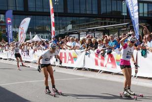 Det var ikke mye som skilte Maiken Caspersen Falla (til høyre) og Ingvild Flugstad Østberg i fjorårets stjernetreff i Kirkebakken Grand Prix. Barbro Kvåle (i bakgrunnen) tok 3. plassen i finalen. (Foto: Stein Arne Negård)