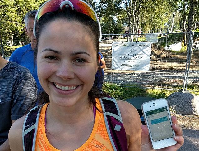 Siri Rækken ble den historisk første personen som betalte med Vipps da SRM åpnet for dette onsdag. Foto: Heming Leira