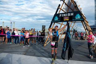 Allan Hovda jubler for seier i Lofoten Triathlon Extreme+ (foto: Kai-Otto Melau, The Arctic Triple).