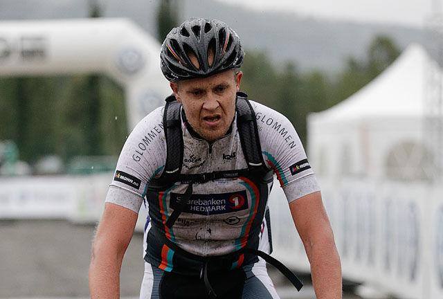 Vinneren mot mål: Christian Sørlie ble den eneste som syklet under tre timer. (Foto: Per Inge Østmoen)