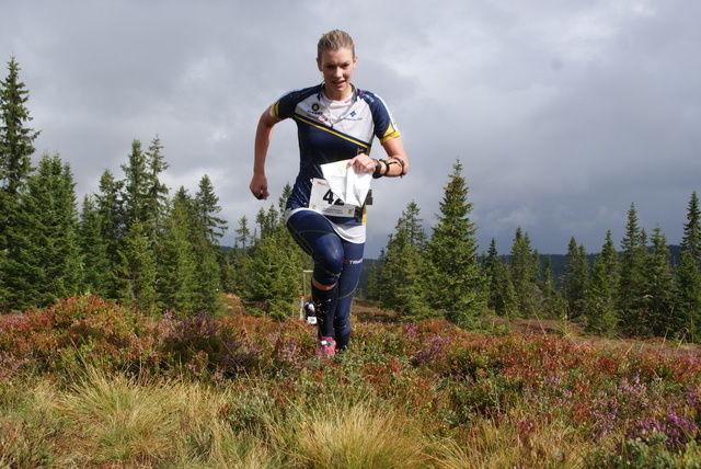 Nikoline Ekeberg Schjerve i aksjon med kart og kompass i Myrtrampen siste helg. (Foto: Stein Arne Negård)