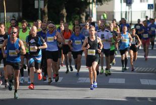 Halvmaratonfeltet i starten av løpet i 2016.  Foto: Thomas Hetland.