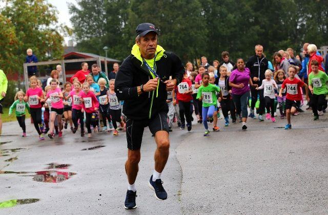 Løpsleder Odd Blakkisrud har hatt stor suksess med barneløpet i Langtrampen, og det har delvis smittet til de eldre klassene også (foto: Bjørn Hytjanstorp).