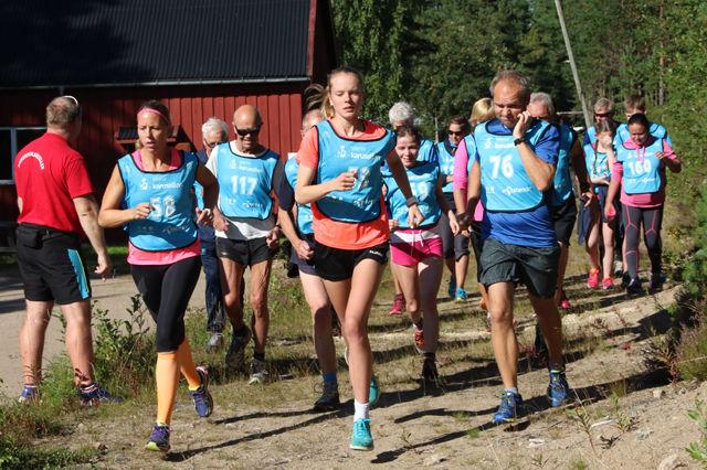 Damene Lisbeth Engemoen (til v.) og Karen Marie Håkonsen i tet fra start i sesongens nest siste løp. (Foto: Tor-Arne Rønning)