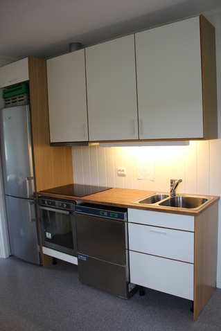 Kjøkkenmedhvite-brunevarer