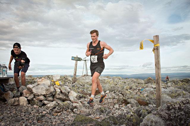 Gustav Eriksson fra Falun Borlänge Skidklubb i mål på 1132 moh som vinner av den 4. offisielle utgaven av Trysill 1132 Motbakkeløpet. (Foto: Chad Stokes)