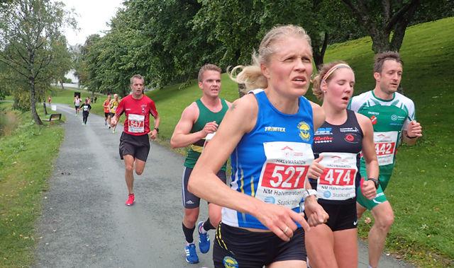 Fulgte tett: Anne Nevin (t.c) og Maria Sagnes Wågan fulgte hverandre tett gjennom store deler av NM halvmaraton. Foto: Marianne Røhme