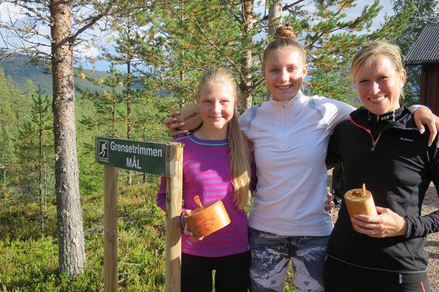 Tre raske og blide jenter etter årets milløp i grensetraktene (fra v.) Hanna og Helena Hagevik Bakke og Solveig Pedersen Bustad. (Foto: Hans Odde)