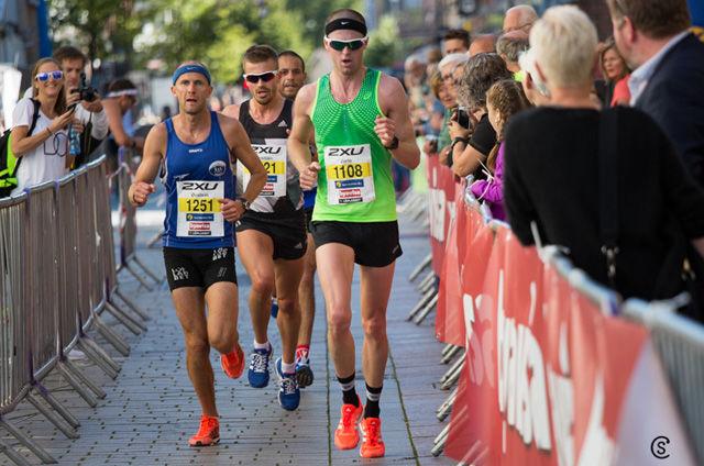 Fire mann ga hverandre en god match på halvmaraton. Her passeres det halvveis. Foto: Sylvain Cavatz