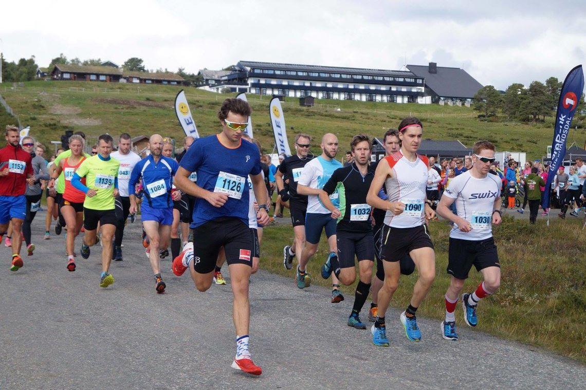 Tetfeltet på vei ut fra start, vi ser vinneren Vegard Øie med nummer 1090 (foto: Furusjøen Rundt).