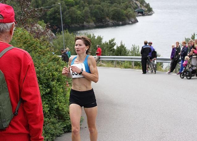 Maryna Novik med Åkrafjorden i bakgrunnen fra seiersløpet i 2014.