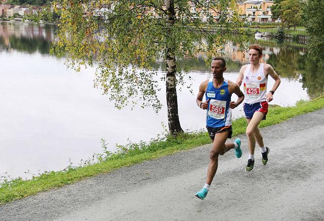 Marius Vedvik vant NM halvmaraton foran Ebrahim Abdulaziz. Tidene deres kan imidlertid ikke godkjennes da det viser seg at løypa var knappe 100 meter for kort. (Foto: Marianne Røhme)