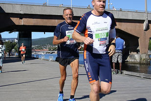 Per Gunnar Øverland på vei mot en av tidenes best tider på 5km i 70-74 årsklassen med 20.27  Foto: Heming Leira