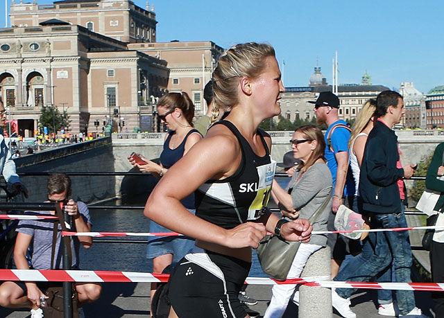 Beste norske: Pernilla Epland passerer etter 12 km start og målområdet. I bakgrunnen ser vi operaen og broa hvor løperne stilte opp til start og hvor det også er målgang. (Foto: Kjell Vigestad)