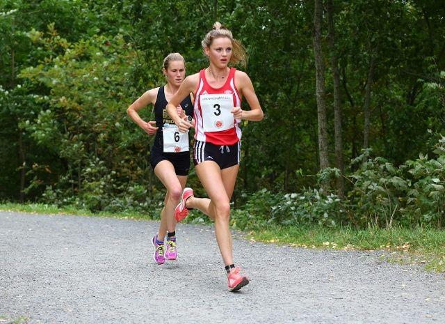 Live Solheimdal og Heidi Dietrichson Pharo 4 kilomretyer ut i løpet, ennå var det lenge før avgjørelsen falt (foto: Bjørn Hytjanstorp).