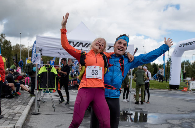 Vinnerne: Ola Hovdenak og Malene Blikken Haukøy hadde fortsatt masse overskudd etter det krevende løpet. Foto: Martin Innerdal Dalen