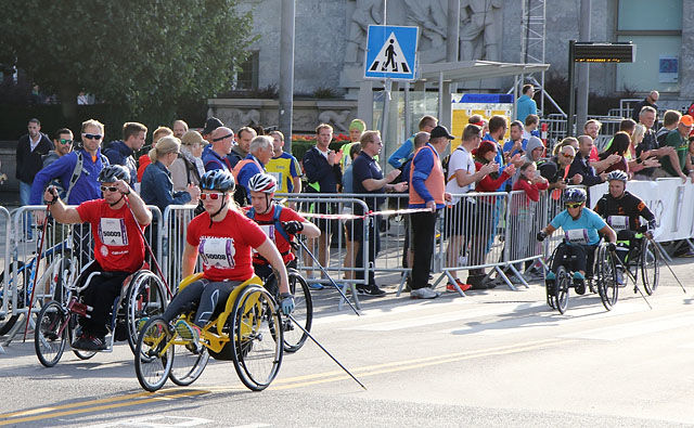 De raskeste rett etter start i rullestolklassen, vi ser vinnerne Audun Bakke med 50009 og Lena Schrøder med 50008 (foto: Runar Gilberg).
