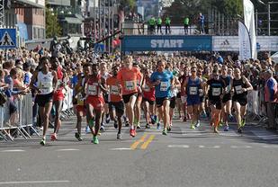 Fra starten på halvmaraton (foto: Per Inge Østmoen).