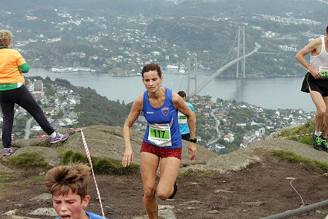 Vigdis Reigstad på vei mot mål med storslått utsikt i bakgrunnen
