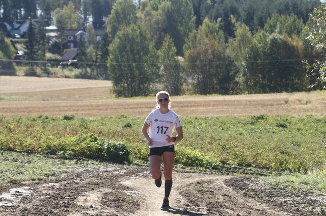 Marie Renée Gangsø fra Svea Skilag på veg til 2. plass i løpet i flott høstvær i 2015.