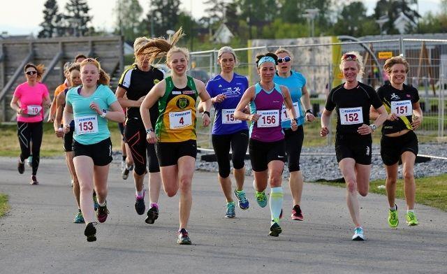 Bildet er fra 1. løp i årets UKI-karusell. Vi ser vinneren av femte løp, Helena Seland Myhre med nummerr 4 ved siden av Marianne Opsahl som ble nummer tre (foto: Bjørn Hytjanstorp).