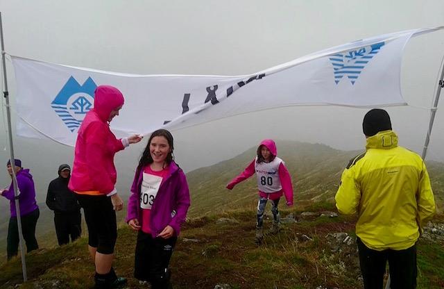 Litt regn og vind i det Naomi Kleppestrand kjem  i mål og vinn klassa for jenter, under 16 år.jpg