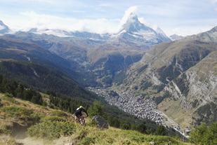 Nicolas Lemyre når han sykler ned mot Zermatt på den første etappen (privat foto).
