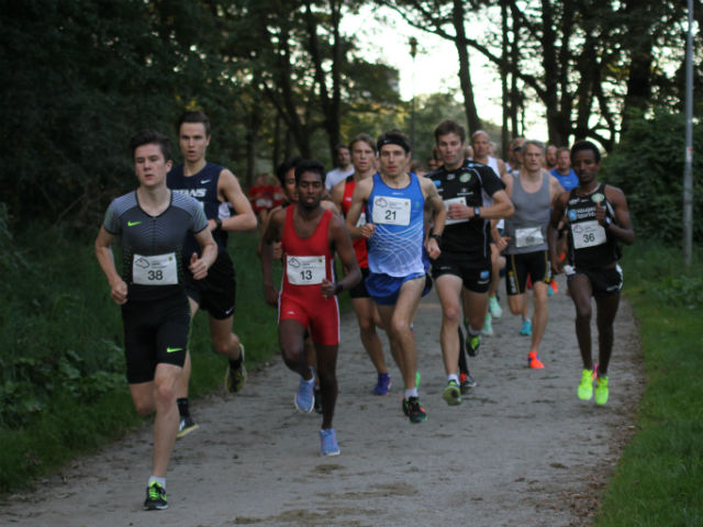 Jako Ingebrigtsen har tatt teten etter ca. 200 m løping. Foto: Lise Hetland