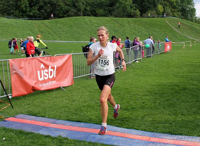Siri Størmer i mål som vinner på 11 km på tida 48.40. (Foto: Bjørn Hauge)