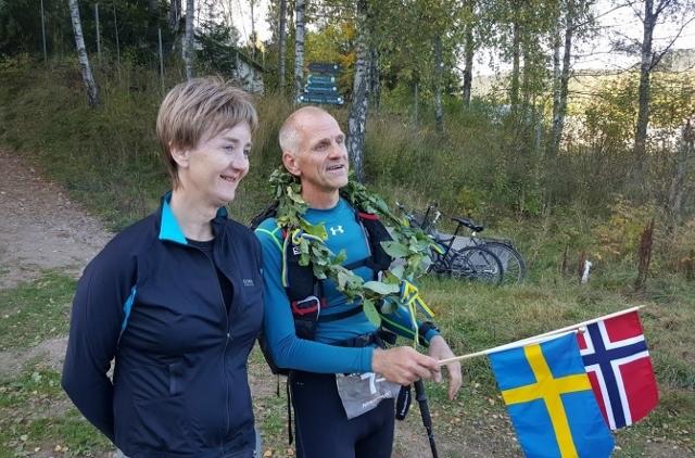 Jesper Fägersten med konas seierskrans, her sammen med løpsleder Jannicke Bergh etter målgang på 200 kilometer (foto: Henning Lauridsen).