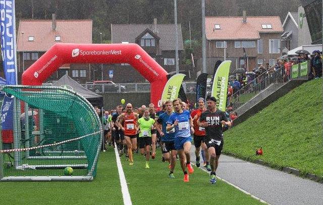 Starten for tredjeutgaven av Sandnes Halvmaraton har akkurat gått. (Foto: Ingolf Dale)
