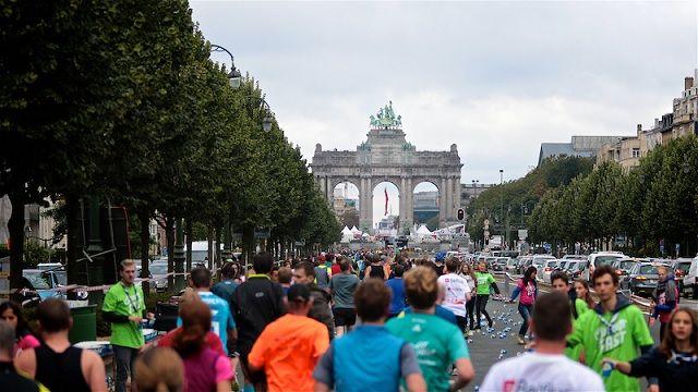 Fra årets Brussel Marathon som gikk i kjølig vær med litt regn. Deltagerne løper mot Triumfbuen i Jubelparken. (Foto: be.brussels)