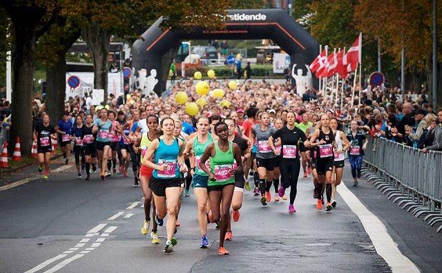 Fra starten av kvinnenes halvmaraton i årets H.C. Andersen Marathon (Foto: Flemming Wedell).