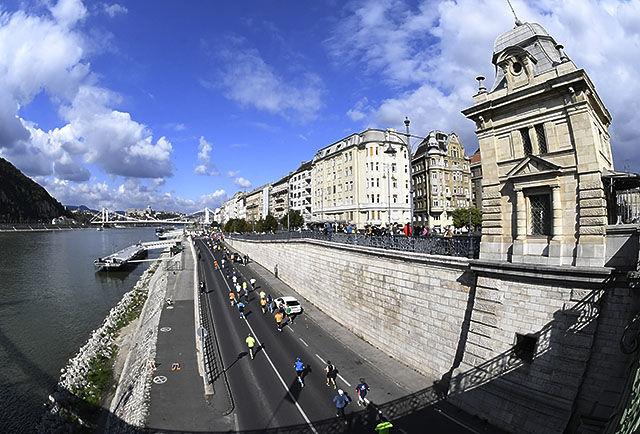Budapest er kjent for sin arkitektur. Mye av den fikk deltakerne i Budapest Marathon sett på sin ferd gjennom byens gater. (Foto: Bjørn Johannessen)