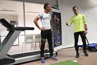 Anders Aukland, her sammen med Henrik Ingebrigtsen, gir treningstips til besøkende hos Sportsmasterr. Foto: Bjørn Johannessen)