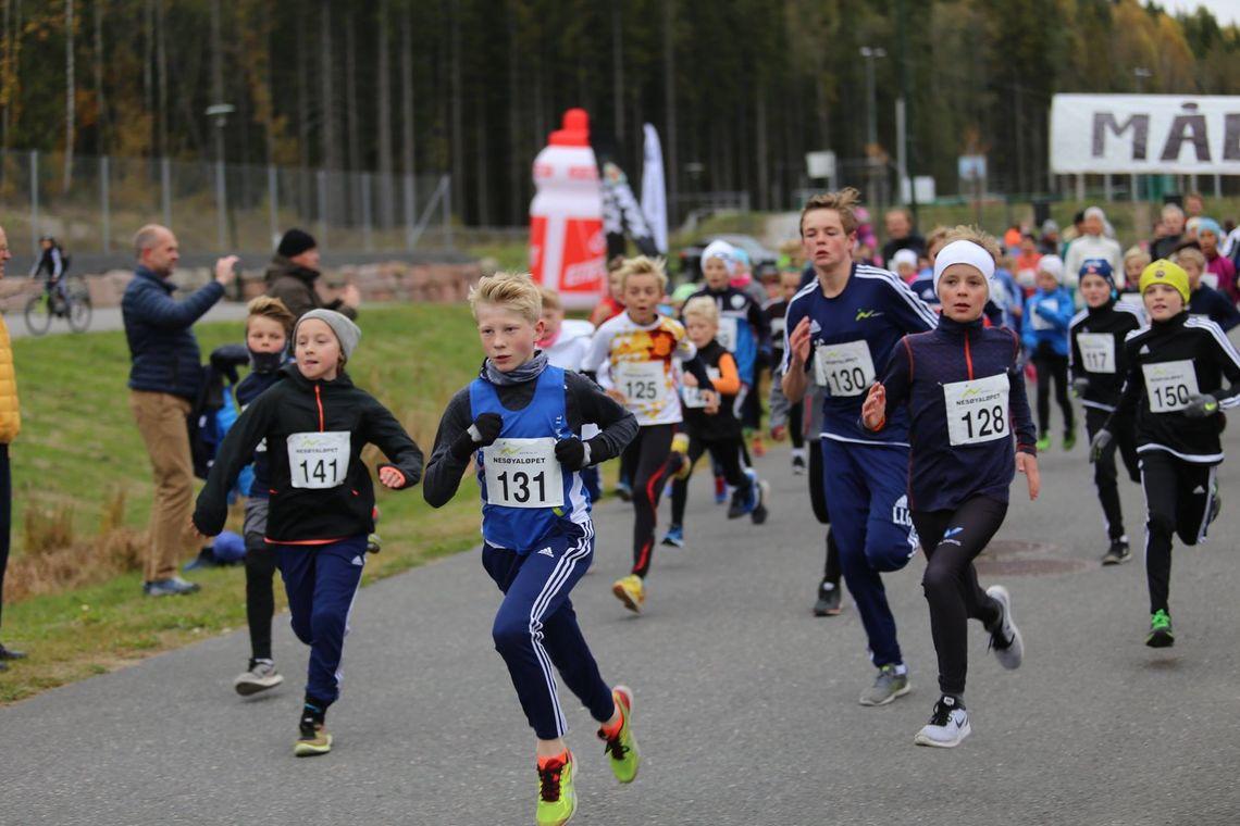 Fra starten på 5 km. Vi ser bl.a. 13 åringen Erlend Janborg med nr 131 som var raskest av alle på 5km (arrangørfoto).