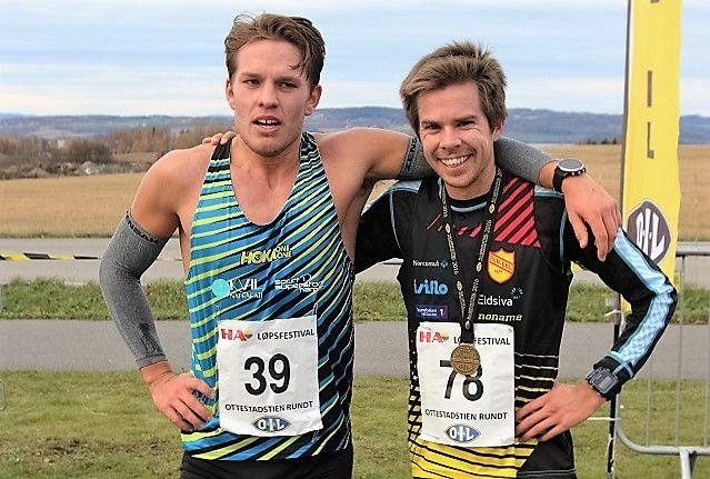 Vinner Vegard Ølstad (til høyre) sammen med toer Ola Erling Korbøl umiddelbart etter målgang ved Ottestadhallen. (Foto: Torfinn Kringlebotn)