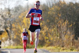 Runar Sæther var raskest på 5 km i Sørum. Bildet er fra Vinterkarusellens halvmaraton i november 2016. (Foto: Bjørn Hytjanstorp)