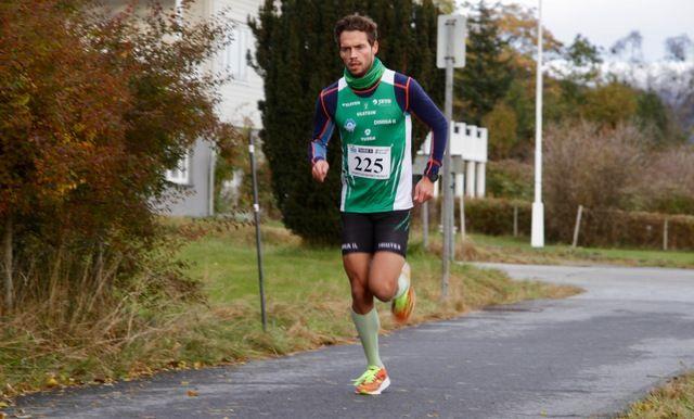 Mellomdistanseløperen Ådne Andersen fra Hareid sprang i dag inn til fjerde beste tid noen sinne på adelskalenderen i Grimstadvatnet rundt