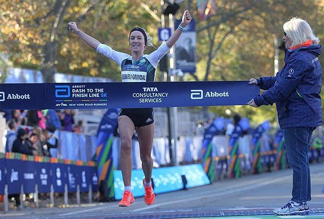 Karoline Bjerkeli Grøvdal kunne juble for en klar seier i det 5 km lange Dash to the Finishline i New York. (Foto: arrangøren)