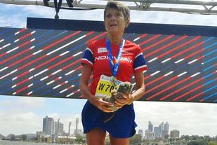 Vera Nystad på pallens øverste trinn etter maraton i veteran-VM (foto: Turid Veggeland).