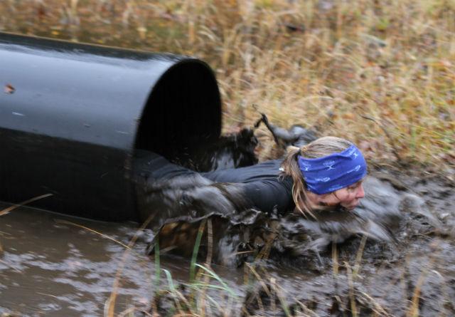 Deltageren måtte gjennom dette røret som et av de siste hinderne på det 7km lange krevende terrengløpet. Foto: Thomas Hetland.