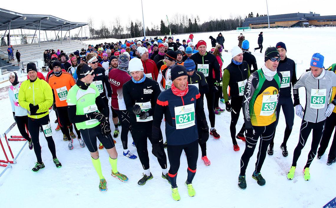 Halvmaratonfeltet på Jessheim friidrettsstadion (foto: Bjørn Hytjanstorp).