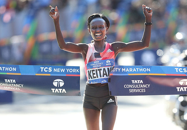 Kenyanske Mary Keitany kunne juble for sin tredje strake seier i New York City Marathon. Det er det bare Grete Waitz, som i sin tid vant fem år på rad, som har kunnet gjøre før henne. (Foto: arrangøren)