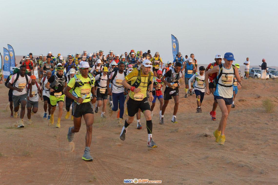 Start på fjerde dagsetappe med Sondre Amdahl helt framme (Foto: Oman Desert Marathon).
