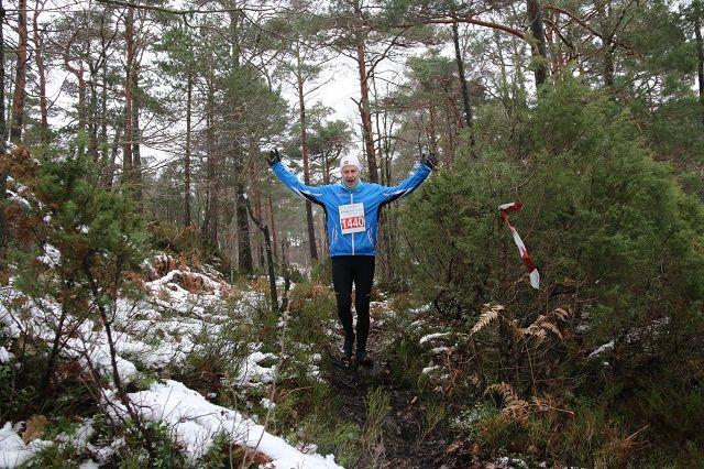 Lars Helge Fossdal fra Søgne viser hva Søgne Morothon handler om underveis på sine 21 tøffe km. (Arrangørfoto)