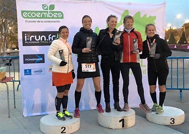 Seierspodiet for 50 km med Marit Karlsen i sentrum. Kjersti Kjeldås som tok 3. plassen til høyre for Marit. (Foto: Privat)