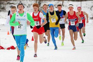 Menn junior: Etter en runde ligger to danske og en svensk løper foran denne gruppa hvor alle de fire norske løperne er med. Simen Halle Haugen helt til venstre bak lederen og de øvrige tre norske helt til høyre. Det betyr at her ligger de på femte, åttende, tiende og ellevteplass. I mål ble det andre, tredje, femte og åttendeplass.